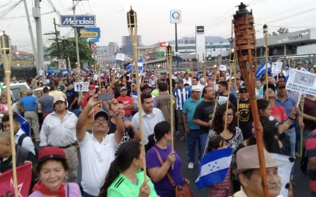 Miles de hondureños marchan con antorchas pidiendo salida del presidente - Foto de @CTsoyyo