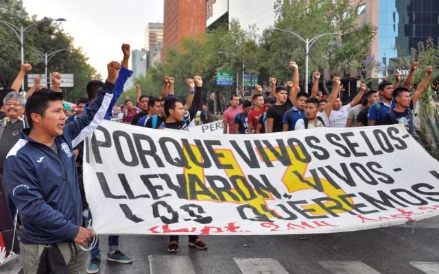Padres de Ayotzinapa marcharán este domingo en la CDMX - Marcha por los normalistas desaparecidos de Ayotzinapa. Foto de Notimex