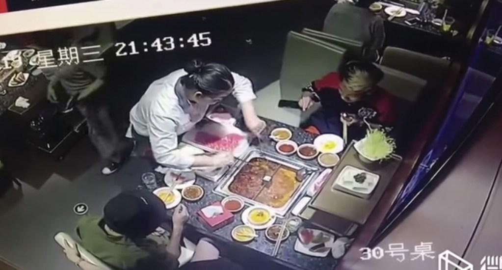 #Video Olla de sopa hirviendo explota en la cara de mesera en China - Captura de pantalla