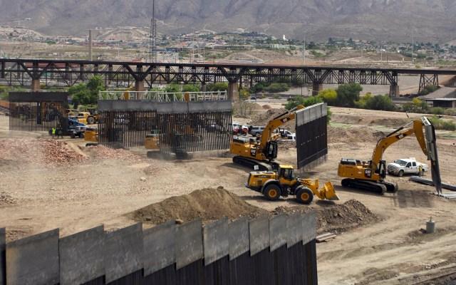 Simpatizantes de Trump levantan muro 'privado' con México - Muro levantado por simpatizantes de Trump entre Texas y Nuevo México. Foto de AFP / Hérika Martínez