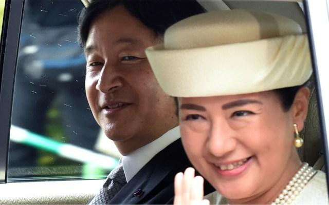 México felicita a Japón por ascenso del emperador Naruhito - Un vehículo que lleva al nuevo Emperador Naruhito (I) y la nueva Emperatriz Masako (D) llega al Palacio Imperial en Tokio el 1 de mayo de 2019. Foto de Kazuhiro Nogi/AFP