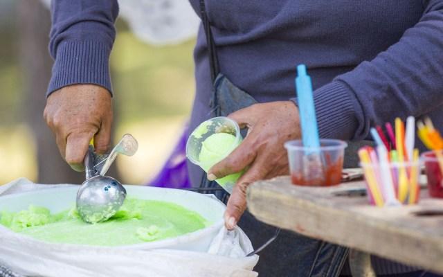 Activan Alerta Amarilla por temperaturas muy altas en la CDMX - Habitantes de la capital buscan minimizar los efectos del calor, cubriéndose del sol, e ingiriendo bebidas refrescantes. Foto de Notimex