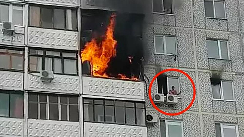 #Video Niño queda atrapado durante incendio en edificio - niño incendio rusia