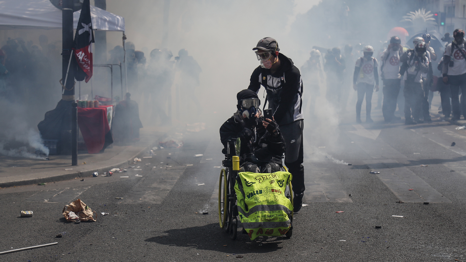 Chocan manifestantes y autoridades en París