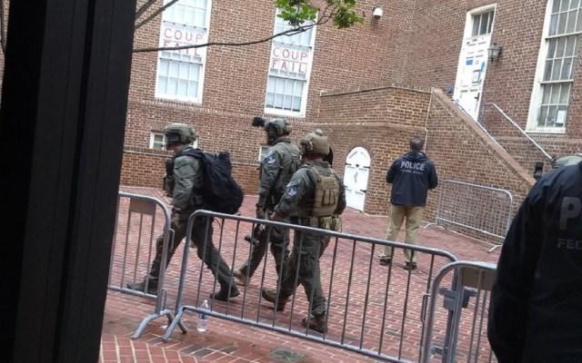 Policía de EE.UU. desaloja a activistas de embajada de Venezuela - Policías en la embajada de Venezuela. Foto de @AlinaTelesur