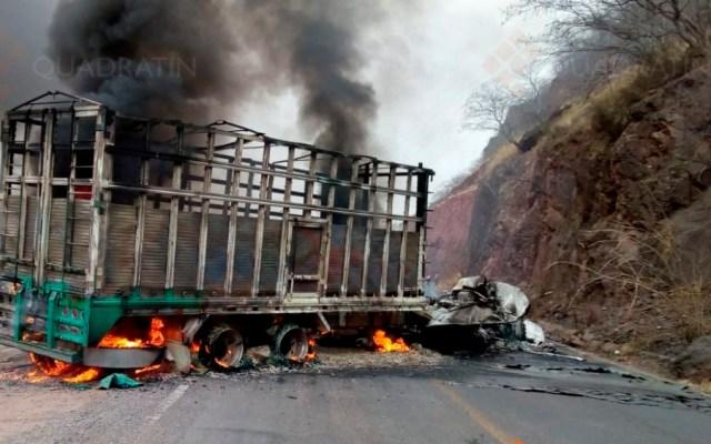 Bloquean carretera y queman camión en Apatzingán - quema camión apatzigán