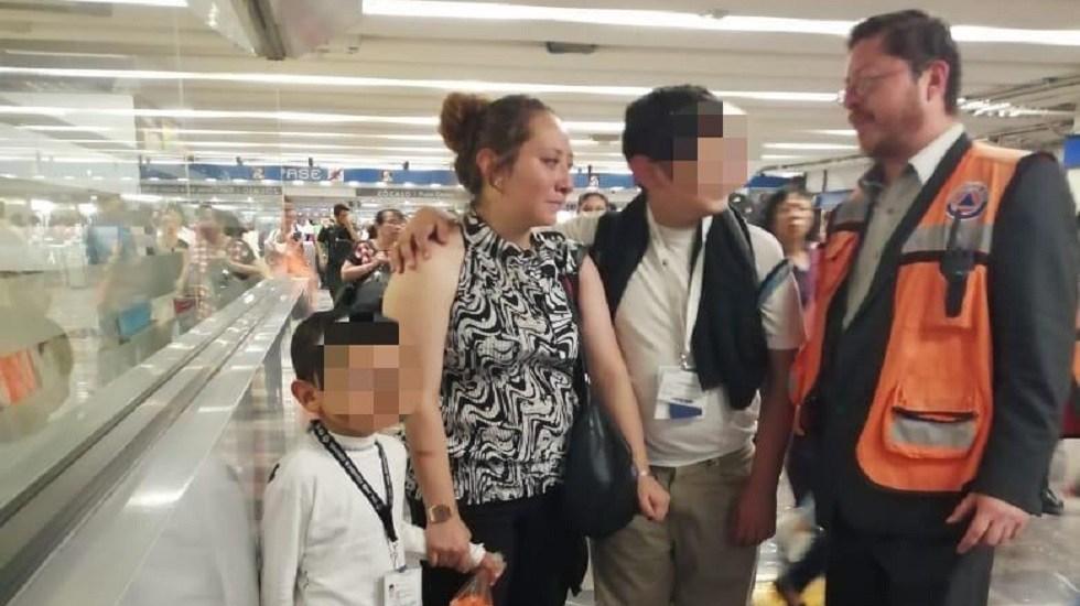 Policías devuelven a su madre a niño extraviado en Línea 2 del Metro - Reunión de un niño extraviado con su familia en el Metro. Foto de @MetroCDMX