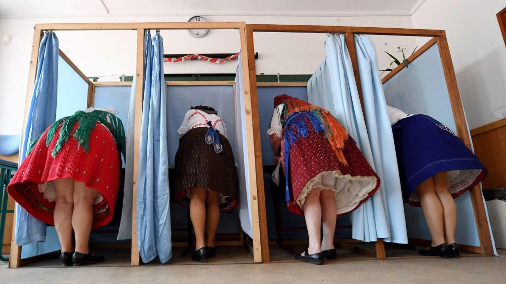 Elecciones europeas baten récord de participación - Votantes para la Eurocámara en Hungría. Foto de AFP / Attila Kisbendek