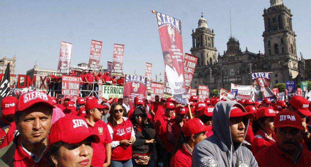 Trabajadores conmemoran el 1 de Mayo en el Zócalo. Noticias en tiempo real