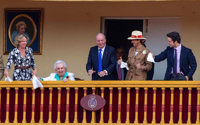 El rey Juan Carlos se retira aclamado por aficionados en una corrida de toros - Foto: EFE/Ismael Herrero