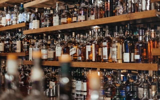 Contemplan impuesto a bebidas alcohólicas en CDMX; organismos piden frenarlo - Foto de Adam Wilson para Unsplash