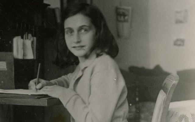Google da recorrido virtual por la casa donde vivió Ana Frank - Anna Frank sentada en un escritorio. Foto de Anne Frank House