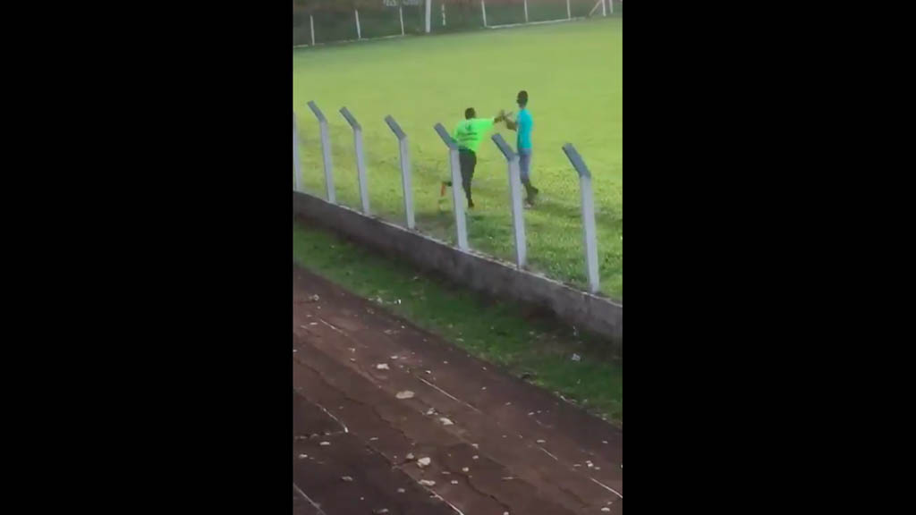 #Video Árbitro golpea a aficionado que se acerca a insultarlo - Árbitro golpea aficionado Brasil partido