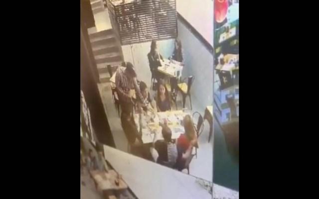 #Video Sujeto asalta a comensales en Santa Fe - Asalto comensales Santa Fe