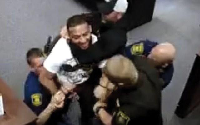 #Video Hijo de mujer asesinada intenta atacar a acusado mientras comparecía en la Corte - Captura de pantalla