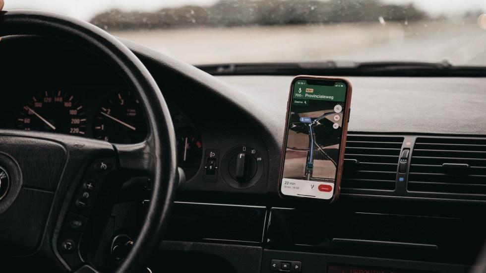 Google Maps prueba alerta para cuando taxi se desvíe de la ruta - Auto siguiendo indicaciones de Google Maps. Foto de Isaac Mehegan / Unsplash