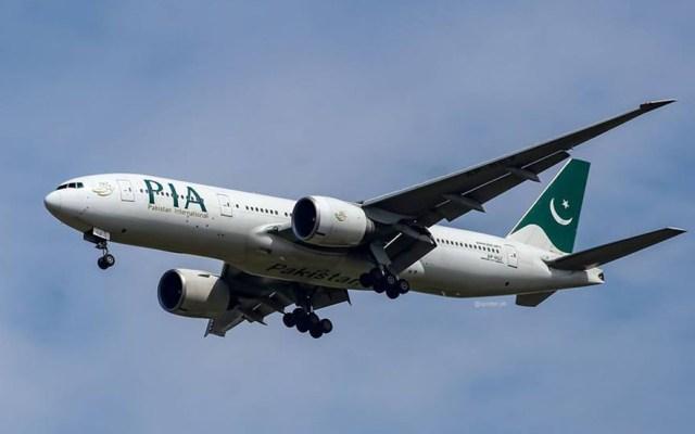 Pasajero abre salida de emergencia por error y retrasa vuelo siete horas - Avión de Pakistan International Airlines. Foto de @PakistanIntAirlines