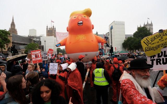 """#Video Mujer corta globo del """"bebé Trump"""" - mujer corta globo del bebé trump"""