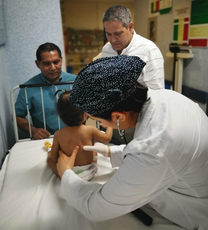 Bebé siendo valorada en el Hospital General de Chilpancingo. Foto de @sspguerrero