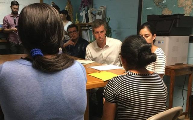 Precandidato demócrata visita a migrantes en Ciudad Juárez - Beto O'Rourke en Casa del Migrante. Foto de @BobMooreNews