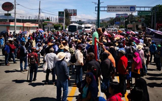 Bloquean campesinos Autopista del Sol en demanda de fertilizante - Foto de Notimex