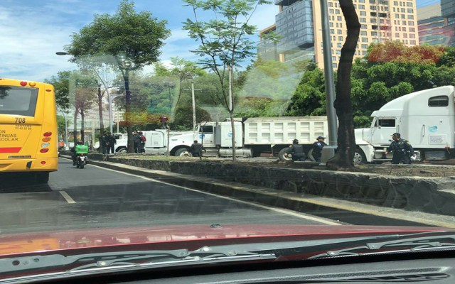 Transportistas bloquean carriles laterales de Ejército Nacional - bloqueo ejército nacional