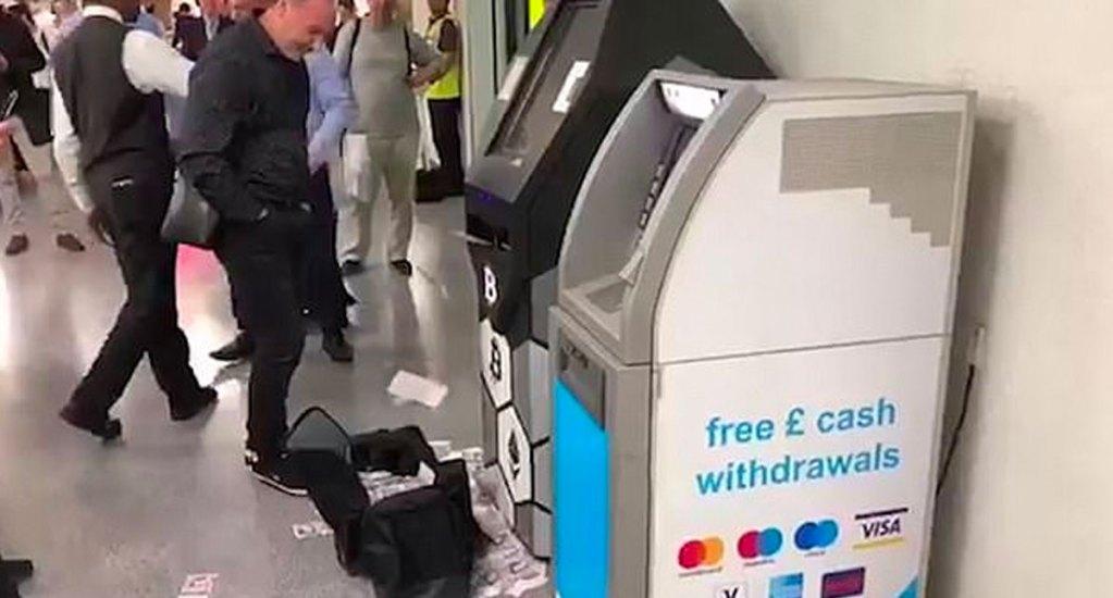 #Video Cajero automático expulsa decenas de billetes en Metro de Londres - cajero