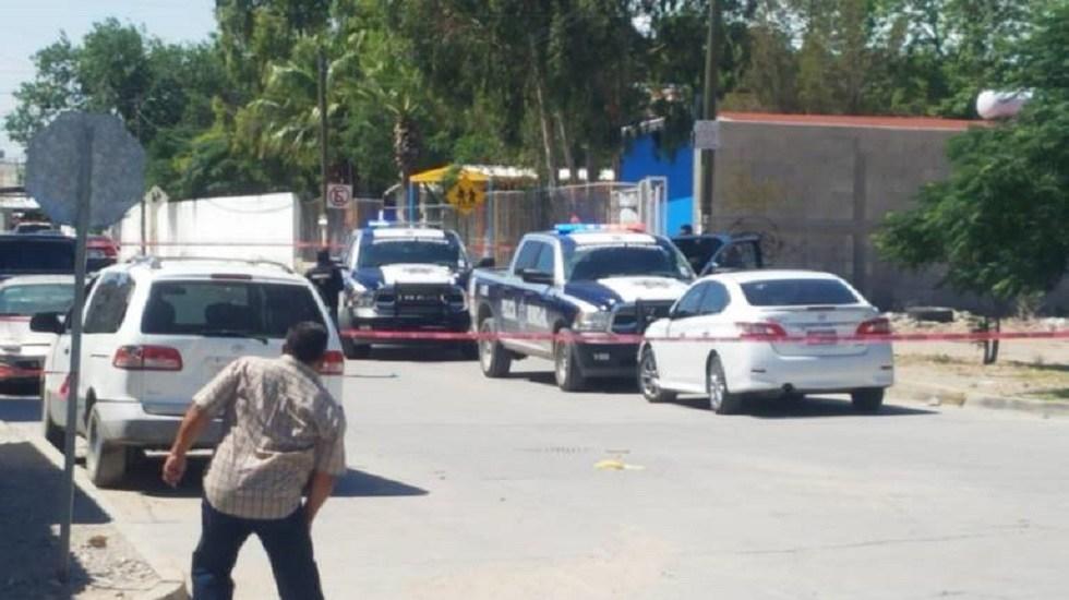 Asesinan a padre e hija afuera de kínder en Ciudad Juárez - Calle acordonada del kinder donde fueron atacados un hombre y su hija. Foto de Periódico El Mexicano
