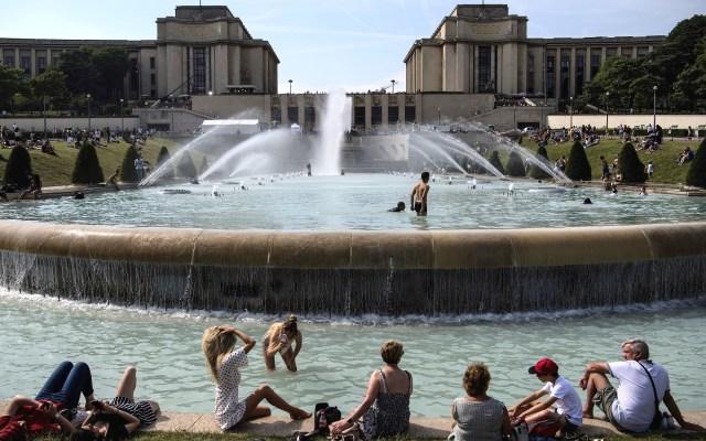 Calor bate récords para un mes de junio en Europa - Habitantes de Francia refrescándose en fuente por el intenso calor. Foto de AFP / Christophe Archambault