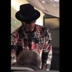 #Video Pasajero de avión rechaza mil 500 dólares de Cam Newton