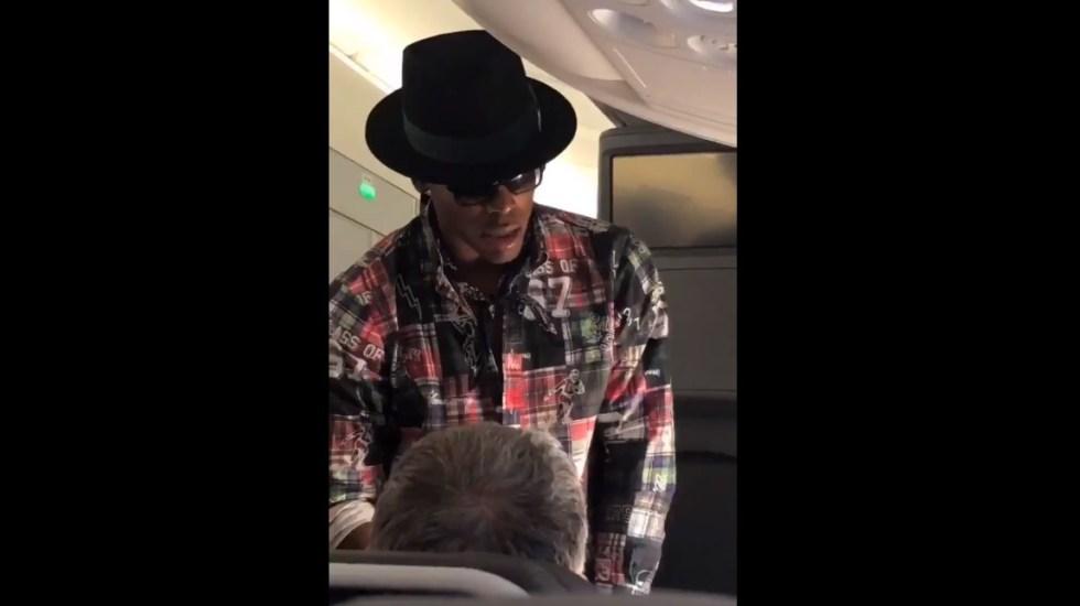 #Video Pasajero de avión rechaza mil 500 dólares de Cam Newton - Cam Newton ofreciendo mil 500 dls a hombre. Captura de pantalla