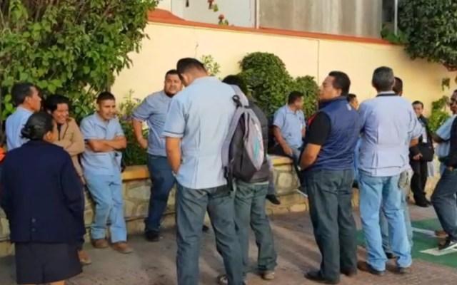 Camilleros inician paro en hospital de Oaxaca por salarios retenidos - camilleros paro oaxaca