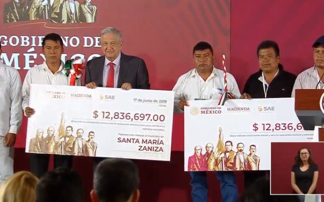 AMLO entrega dinero recaudado en subasta de autos a Oaxaca - Cheques a autoridades de Oaxaca. Captura de pantalla