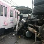 Tractocamión choca con Tren Ligero y deja cuatro heridos en Guadalajara - Choque de tractocamión con tren ligero de Guadalajara. Foto de @PCJalisco