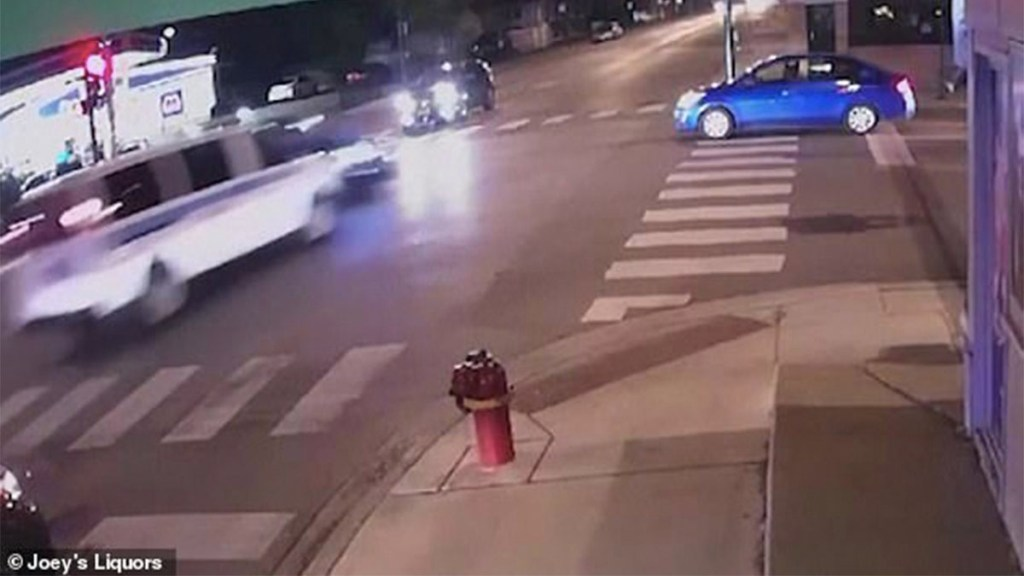 #Video Chocan autos de la policía y matan a mujer en Chicago. Noticias en tiempo real