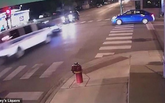 #Video Chocan autos de la policía y matan a mujer en Chicago - Foto de Joey's Liquor