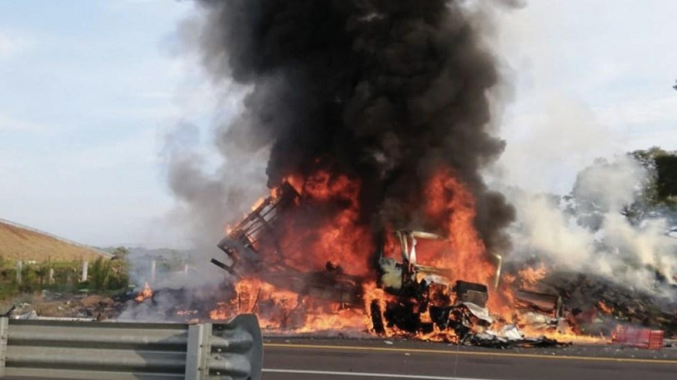 Choque provoca el incendio de tres vehículos en Michoacán - Foto de Policía Federal Carreteras