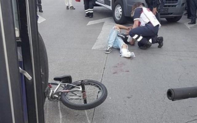 Camión de transporte público arrolla a ciclista en Paseo de la Reforma - Foto de @PONCHO_LOPEZ_S