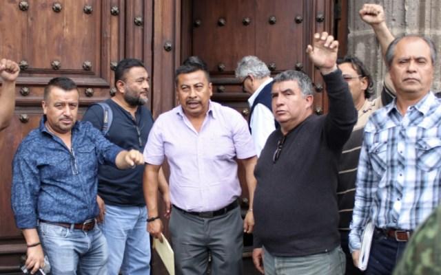 Acuerdan CNTE y López Obrador reinstalación de 386 maestros - Foto de @elsolde_mexico