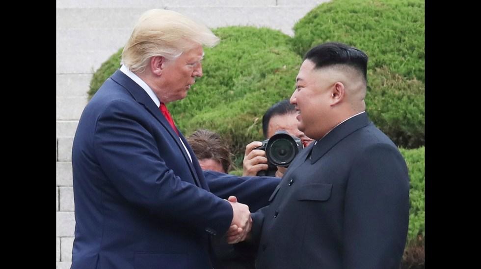 Kremlin celebra reunión de Trump con Kim en frontera de las dos Coreas - Kim Jong-un y Donald Trump en frontera de Norcorea y Corea del Sur. Foto de EFE/EPA/KIM HEE-CHUL