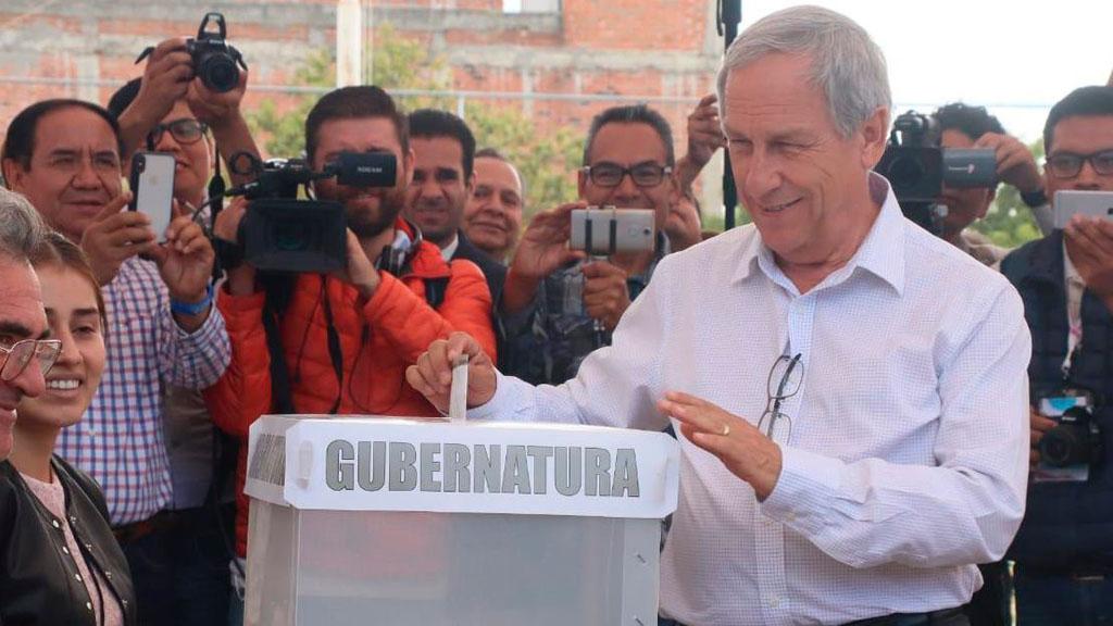 Enrique Cárdenas votando. Foto de Puebla Noticias