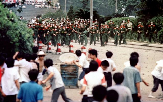Represión en Tiananmen fue una 'política correcta': ministro de China - Estudiantes y ciudadanos contra militares de China. Foto de AFP / China-politics-Tiananmen