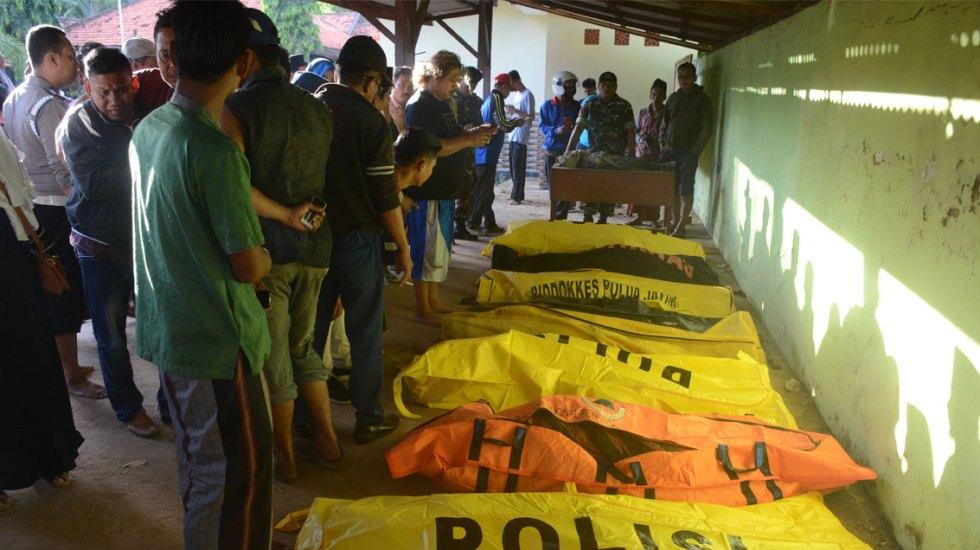 Al menos 18 muertos por naufragio de ferry en Indonesia - ferry Indonesia