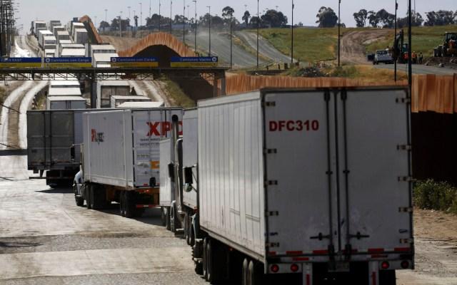 AMLO confía a Ebrard decisiones en negociaciones con EE.UU. - Fila para los módulos de inspección al transporte de carga de la frontera de Tijuana con EE.UU. Foto de Notimex