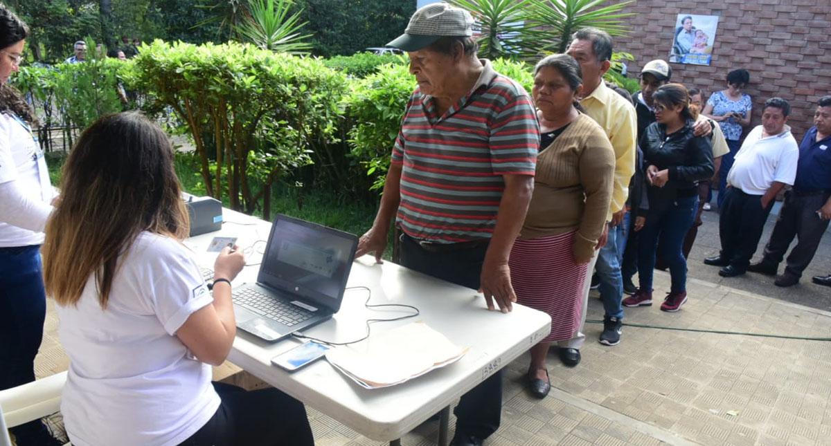 Fila para votar en Guatemala. Foto de @AGN_noticias