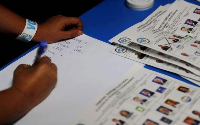 Guatemala elige en las urnas su futuro con incidentes violentos - Foto de EFE/Esteban Biba.