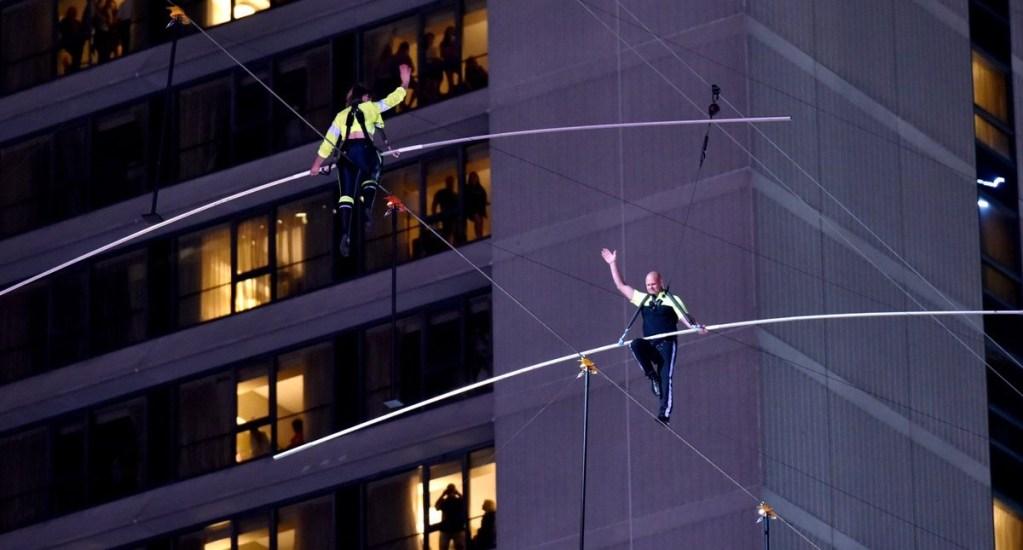 Hermanos equilibristas cruzan Times Square a 25 pisos de altura - Hermanos equilibristas cruzando Times Square. Foto de @HighwireLIVE