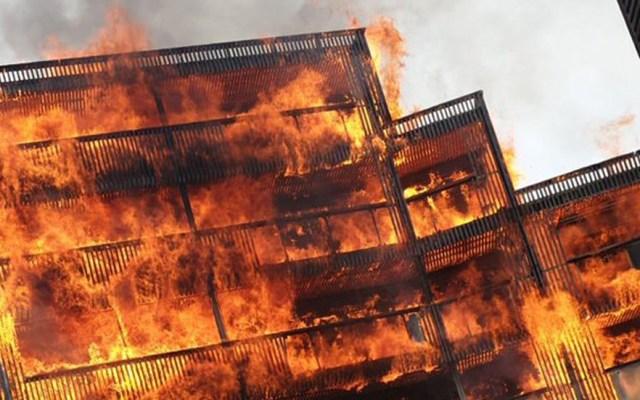 #Video Incendio consume edificio en construcción en Londres - Incendio en Londres. Foto de @mobee_me