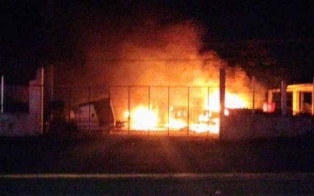 Ataque con bombas molotov incendia tractocamiones en Chetumal - Incendio por bombas molotov. Foto de @CronicaQROO