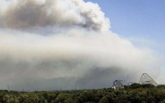 #Video Incendio forestal cerca de Six Flags en California provoca pánico - Foto de @THR